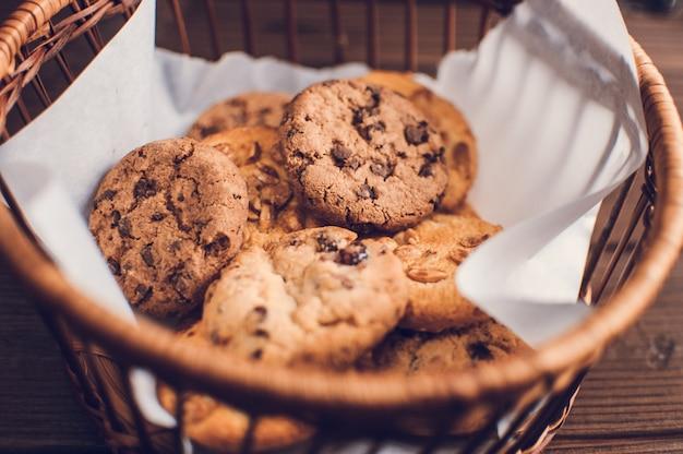 Свежие безглютеновые шоколадные печенья ручной работы в корзине Premium Фотографии