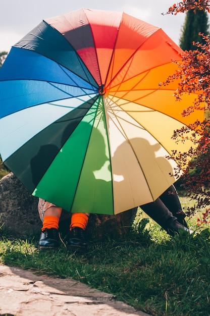Молодая пара девушек. девушки в любви с згбт зонтик. Premium Фотографии