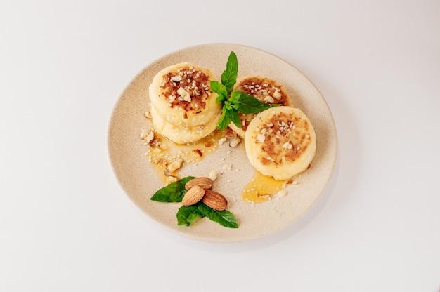 アーモンドとカッテージチーズのパンケーキ Premium写真