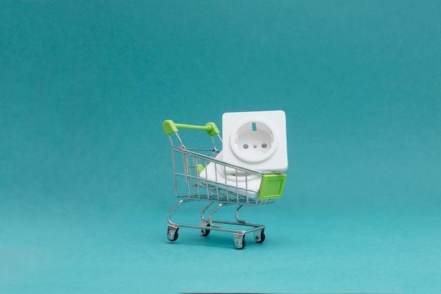 店舗で電気製品を購入する Premium写真