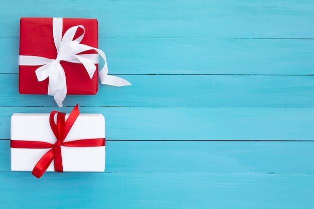 Два красивых подарка на столе Premium Фотографии