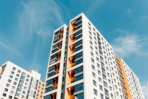 住宅の近代的なアパートの建物 Premium写真