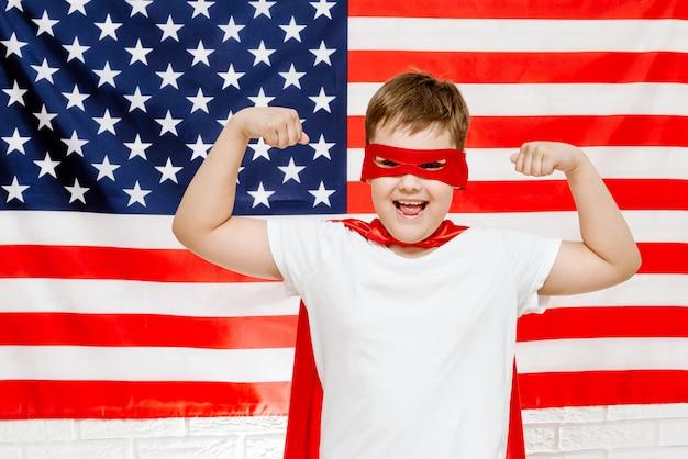 Супергерой на американском флаге Premium Фотографии