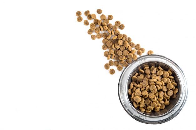 Сухое животное - корм для собак в металлической миске, вид сверху Premium Фотографии