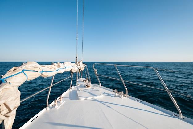 夏の間、ヨットの正面の広角ショット Premium写真
