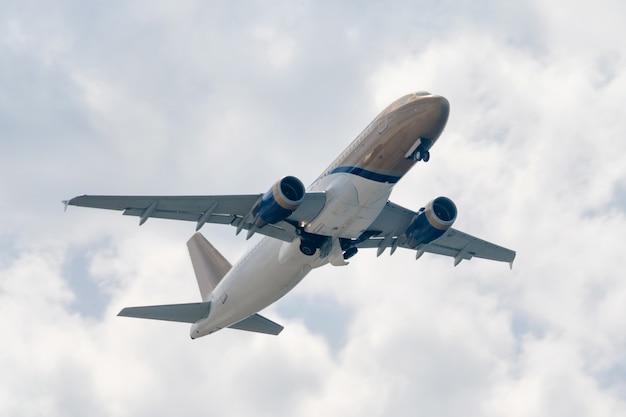 航空、旅行、航空輸送の概念。雲の中を飛んでいる旅客機の飛行機またはビジネスジェット。 Premium写真