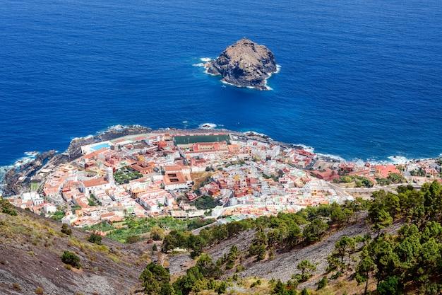 スペイン、カナリア諸島のテネリフェ島のビーチ。海景パノラマガラチコ。 Premium写真
