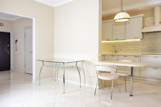 豪華な家のモダンで明るく、きれいなキッチンインテリア。クラシックまたはヴィンテージの要素を備えたインテリアデザイン。実用的で設備の整ったキッチン。 Premium写真