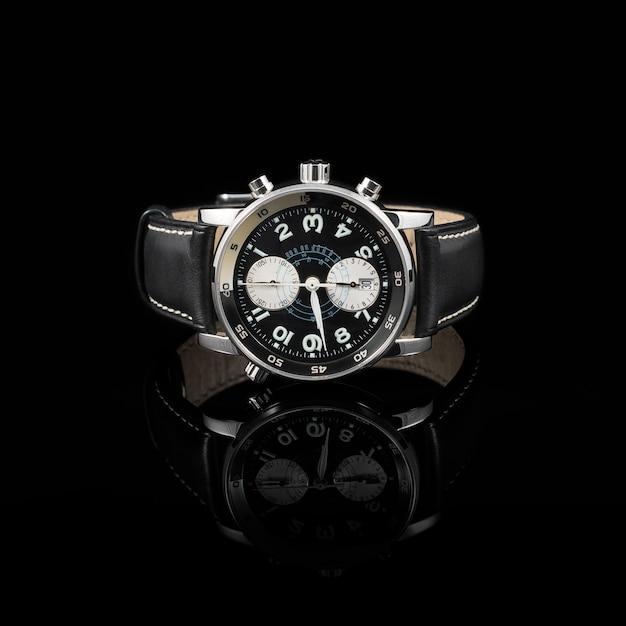 Швейцарские часы на черном фоне Premium Фотографии