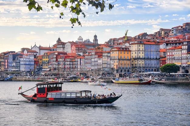 Порту, португалия старый город рибейра воздушной набережной вид с разноцветными домами, традиционные фасады, старые разноцветные дома с красной черепицей, реки дору и лодки. воздушное изображение городского пейзажа порту Premium Фотографии