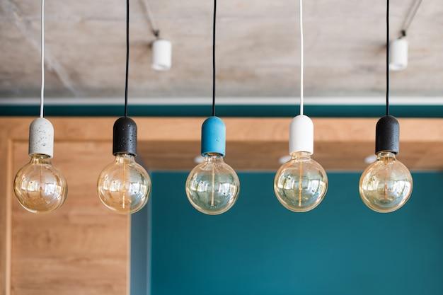 Эдисон ретро лампы. лампы накаливания на серую стену Premium Фотографии