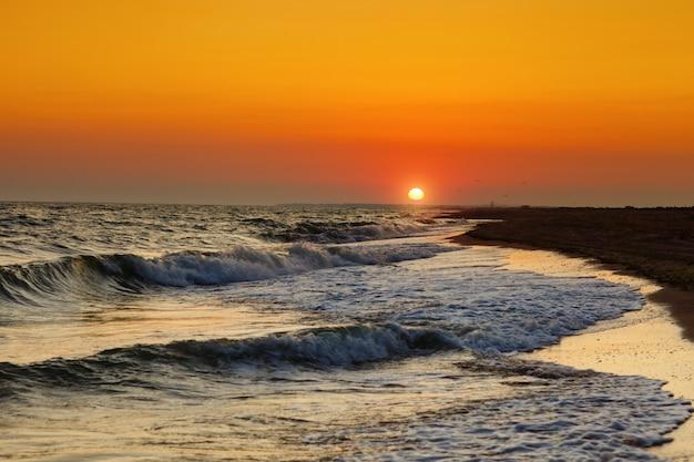 海の美しい夕日。 Premium写真