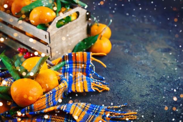 Рождественская и новогодняя композиция со свежими мандаринами Premium Фотографии