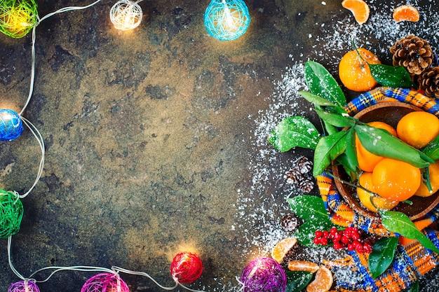 Новогодняя и рождественская композиция со свежими мандаринами, новым годом и рождеством. выборочный фокус. Premium Фотографии