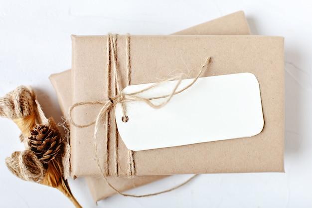 はがきとクリスマスツリーの枝のモックアップ Premium写真