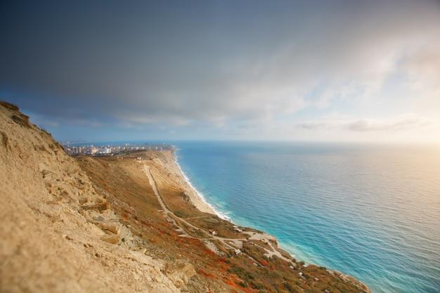 山々と青い空と海の風景。ロシア、黒海。街の美しい景色。 Premium写真