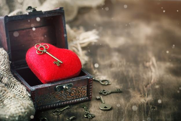 День святого валентина фон с сердцем и древний ключ на деревянный стол. Premium Фотографии