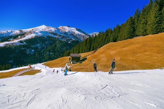 バックグラウンドで雪で覆われた山頂 Premium写真