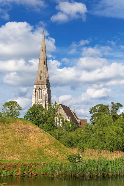 Англиканская церковь св. албана, в местном масштабе часто называемая просто английской церковью, является англиканской церковью. это достопримечательность копенгагена, дания. готическое возрождение, архитектурный стиль. Premium Фотографии