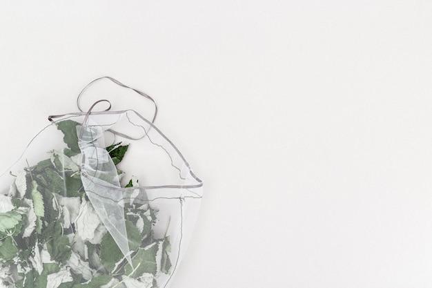 エコナチュラルバッグでハーブティーを醸造するための有用な芳香性ハーブ Premium写真