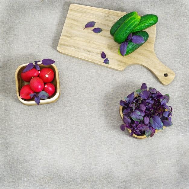 テーブルクロスのテーブルの上の新鮮な野菜 Premium写真