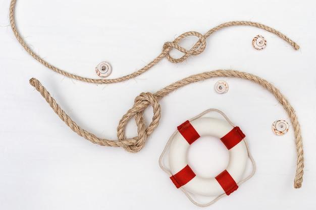 海の結び目と救命具とロープのフラットレイアウト。 Premium写真