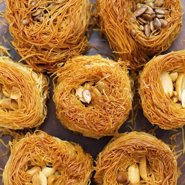 蜂蜜と伝統的な東洋の甘いクローズアップ Premium写真