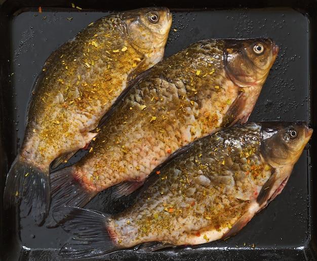 新鮮な魚のフナとスパイス。 Premium写真