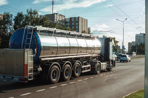 燃料を輸送する自動車燃料タンカー Premium写真
