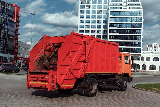 Авто мусоровоз на стоянке, вывоз мусора. Premium Фотографии