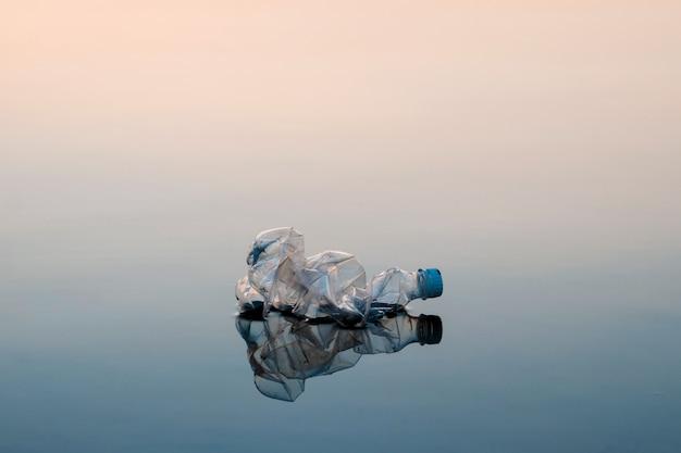 汚染の概念、創造的。海に浮かぶペットボトル Premium写真