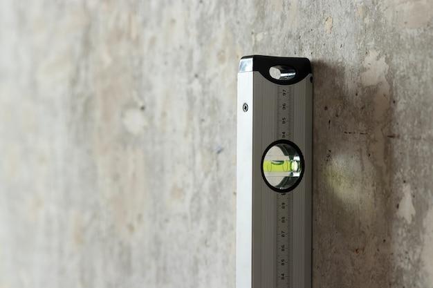 壁の近くの乾式壁シートと建設レベル Premium写真