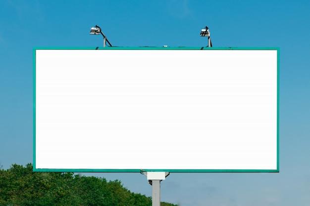 ビルボード、ビルボード、キャンバスビルボード、青い空を背景 Premium写真
