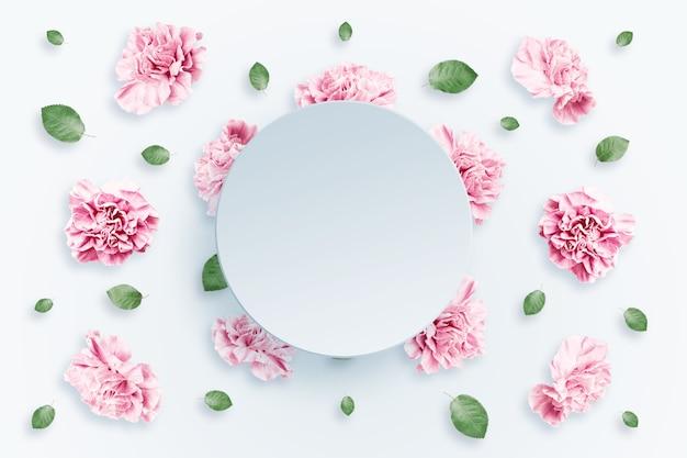 ピンクとベージュのバラと白地に緑の葉のパターン Premium写真