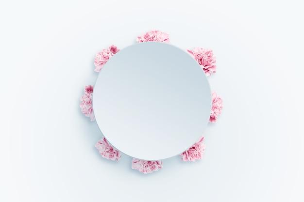 Весна фон, розовые, красные и белые гвоздики на светлом фоне. Premium Фотографии