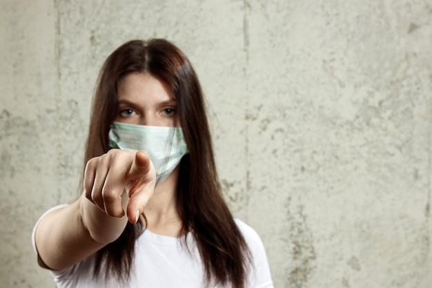 Женщина с каштановыми волосами и медицинская маска для защиты от гриппа Premium Фотографии
