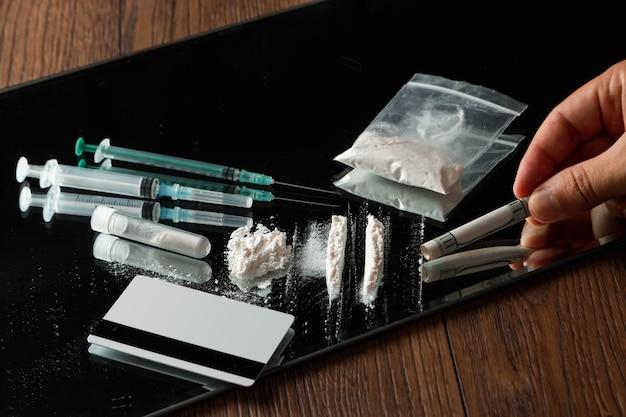 Рука с трубкой долларов и разных лекарств Premium Фотографии