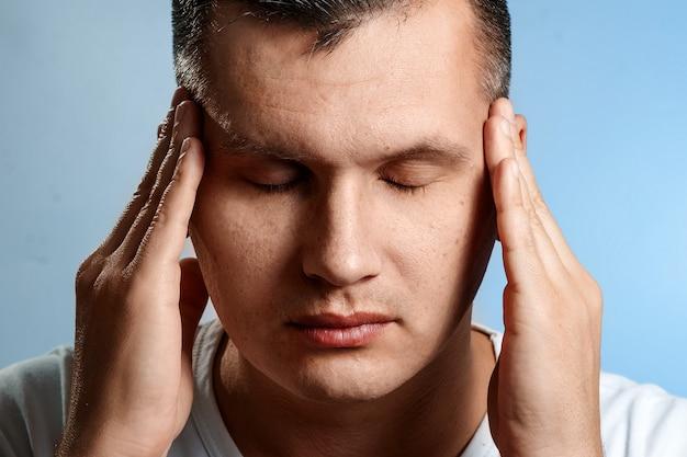 Головная боль. портрет мужчины крупным планом. концепция мыслительного процесса Premium Фотографии