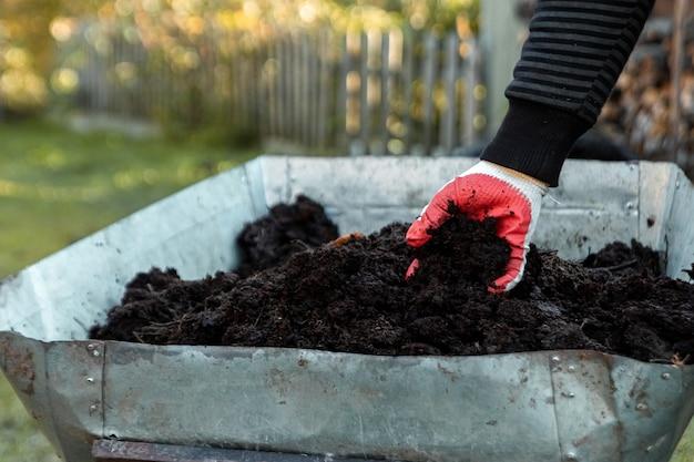 肥料、カントリーシーズンの田舎の車。野菜を植えます。 Premium写真