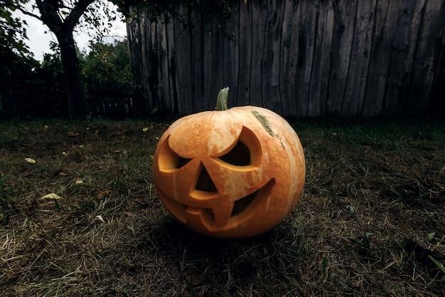 Хэллоуин тыква фонарь с зажженными свечами на темном фоне Premium Фотографии