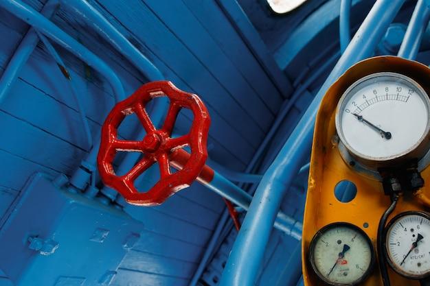赤、アンティークバルブ、蛇口バルブ Premium写真