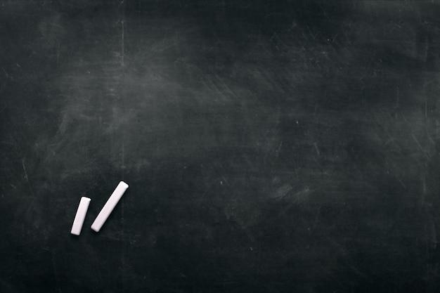 背景を描くための色のクレヨンで暗い板 Premium写真