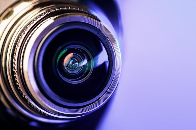 紫色のバックライト付きカメラレンズ。光学。ゴリゾンタル写真 Premium写真