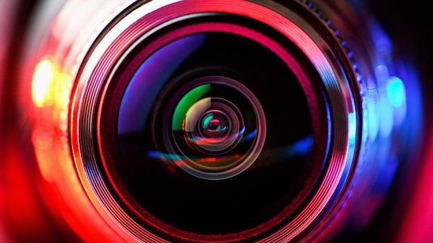 赤と青のバックライト付きカメラレンズ。マクロ撮影レンズ。 Premium写真