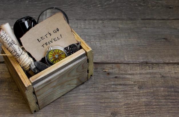 Путешествия и отдых, деревянный столик, фон, компас, карта Premium Фотографии