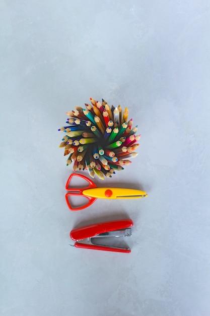 鉛筆、はさみ、ホッチキス Premium写真