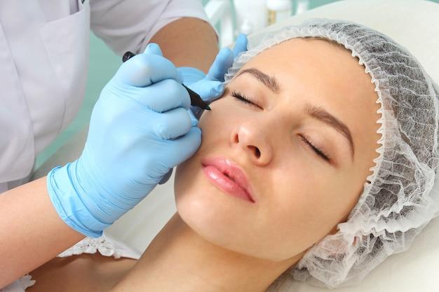 美容処置に対する患者の顔の準備。 Premium写真