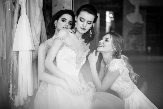 白いウェディングドレスの女の子がポーズをとっています。 Premium写真