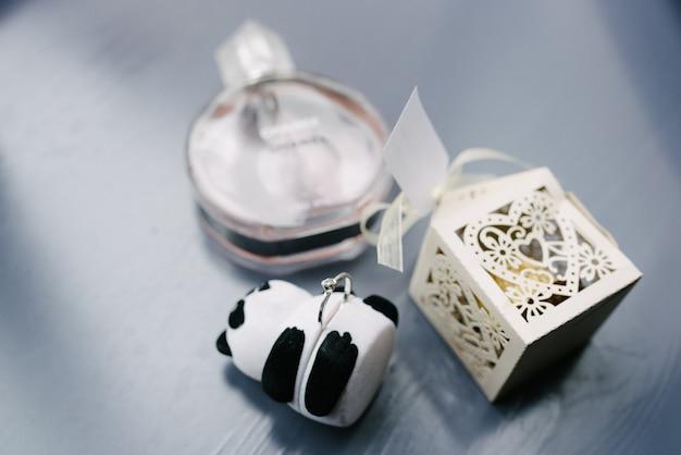 女性のアクセサリーの花嫁。ハンドバッグ、靴、指輪、ブライダル香水 Premium写真