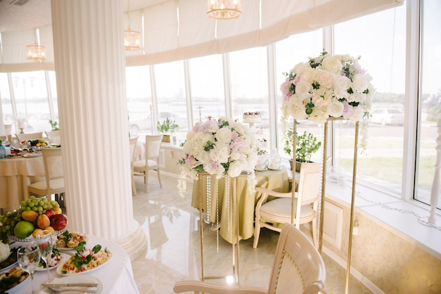 結婚式当日の宴会場の装飾 Premium写真